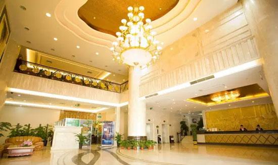 酒店大堂 照明在大堂起着引导顾客的作用,顶部的装饰部分可以采用灯带暗藏的手法,丰富空间的造型层次,一般采用大型吊灯以彰显酒店的风格,筒灯做为局部照明,营造舒适温馨的环境氛围。色温可选3000K-4000K,照度400lx,Ra>90。 服务台 服务台是进行登记的地方。光线需要明亮,但要避免刺眼,同时又要与大堂协调一致,服务台上方的照明采用隐藏式的筒灯,柔和下射光的照明效果,保证前台空间温馨和舒服,形象的背景墙进行重点照明,突出酒店的风格。 服务台的照度要高于大堂的,一般为500-800lx,突显服务台