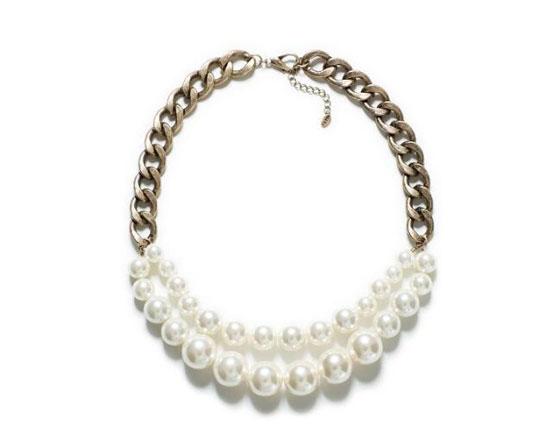 珍珠项链 处理珍珠发黄,首先我们要清楚珍珠为什么会发黄。珍珠有着一定的寿命的,发黄就是珍珠老化的表现之一。一般珍珠经过几十年之后就会慢慢的表皮有着一层淡淡的普通的黄色,同时失去了珍珠特有的美丽光泽。 珍珠项链清洗 1、对于珍珠轻度变黄以后,可用稀盐酸浸泡的方法来补救。即将珍珠置于1%5%的稀盐酸或双氧水中浸泡。随着泡沫的产生,珍珠表皮的黄色外壳被溶解后,迅速将珍珠取出,用清水洗净、擦干,珍珠就可重放光彩。但要特别注意,切莫在稀盐酸中浸泡过久,以防珍珠遭受破坏。 2、对发黑、无光、污损严重的珍珠首饰,也