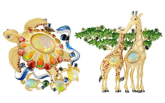 设计师巧妙将不规则的宝石主石融入不同的动物主题中「海龟」胸针的背甲镶嵌一颗椭圆形的弧面白欧泊,丰富的变彩让人联想到穿透海面的阳光,四周的盾片绘有彩色珐琅,呈黄色、橙色、绿色的渐变,恰好与欧泊的变彩颜色相呼应;海龟周围还环绕着蓝色珐琅描绘的海浪,以及三只镶嵌白欧泊小海龟。Master Exclusive推出自然主题珠宝新作:彩色宝石动物园 「长颈鹿」胸针用两颗不同造型的白欧泊来表达长颈鹿不同的气质小长颈鹿的身体是一颗三角锥形的白欧泊,分明的棱角诠释了小长颈鹿的年轻朝气;母长颈鹿则镶嵌一颗椭圆形欧泊,