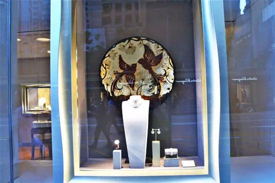 为了最大展示珠宝首饰,得到良好的宣传效果,展品的陈列设计至关重要
