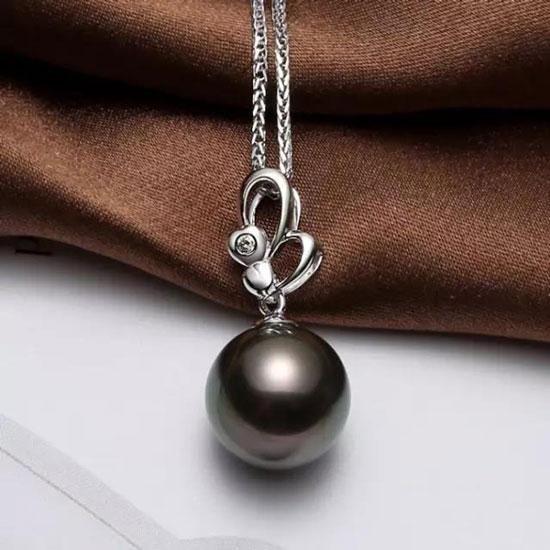 一般来说,黑色带紫色晕彩,或金黄色带玫瑰色晕彩的珍珠价值最高.