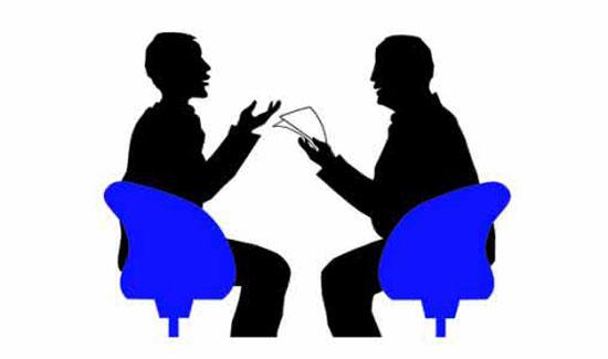 销售技巧六 顾客来了好几批,应接不暇时,应先接待购买欲望强的和有实力的客人;对其他顾客,先打个礼节性的招呼即可。 严禁蜻蜓点水式的服务,特别是已到快付款时的关键时刻。如果在这时,你又去接洽其他人,付款的客户很可能又要临时改变购买主意,到最后可能一无所获。 销售技巧七 对结伴而来的顾客,一定不能忽视他的同伴,应通过发问的方式,争取联合他的同伴。你可以对她的同伴说:这件衣服给她穿如何?,如果受到同伴的认可,顾客就会有信心去买。 销售技巧八 介绍时,应坦然自若、乐观积极地面对顾客,并耐心介绍。站位最好是主销