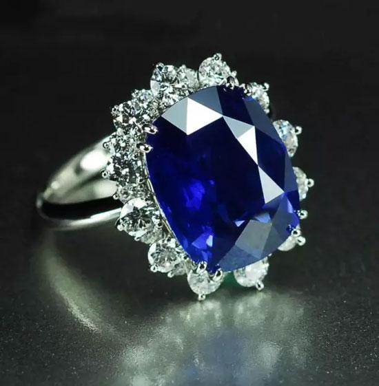 在迷人的彩色宝石王国里,      红宝石是公认的宝石之王.图片