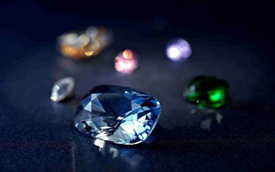 用放大镜可以观察:      (1)宝石的表面损伤,划痕,缺陷.