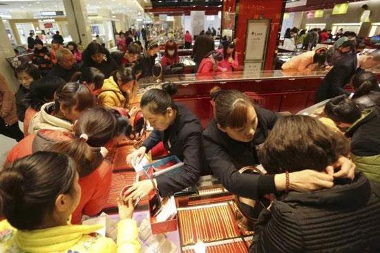 """图为""""中国大妈""""全球抢购黄金制品。"""