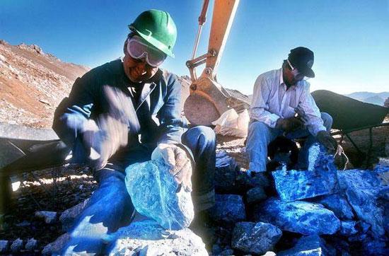 一在位于安第斯山脉的3700米高的弗洛雷斯德洛斯安第斯矿山处,一名工人的手中正在称重着一块蓝色的奇石。根据工人的表示,这些蓝色奇石在他们挖矿的时候意外发现的。