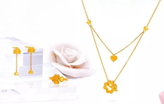 瑞麒珠宝【漾·时代】黄金精品系列,以时尚清新的设计理念,表现青春