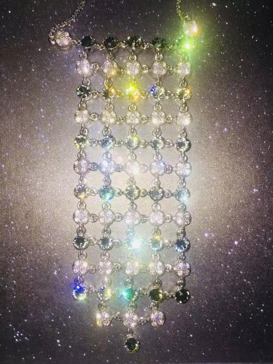 乍眼一看过去,像星空一样的背景,搭配珠宝的细碎闪光,仿佛置身宇宙