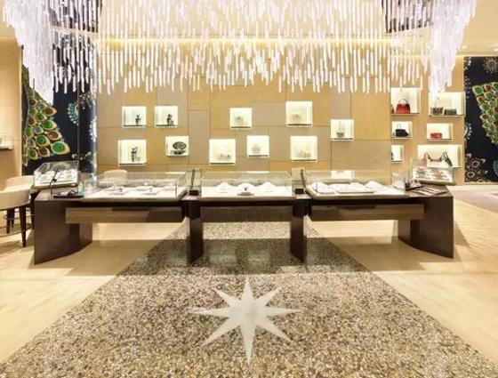 宝格丽全新的装饰风格,凸显奢华尊贵的意大利风格。不是所有的装修都能达到这种开阔通透的现代设计,商展汇作为珠宝商展一站式服务商,在珠宝店现代布局设计上有着不一般的特色风格,从空间格局,到色彩、光效、橱窗的整体搭配上,即相互搭配又不失各自的个性。 商展汇全球珠宝商展线上专业服务平台,通过平台智能管理系统和信用评级体系为客户提供保障,优化供应商,革新珠宝商展行业产业链,重塑上游商展供应链和下游珠宝商展用户之间的链接模式,足不出户,轻松提供珠宝商展店铺综合解决方案,包括:营销策划、设计、柜台、灯具、道具、基建装