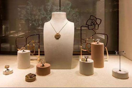 生活形态的转变带动了橱窗设计的趋势,一起来看看今年珠宝首饰陈列