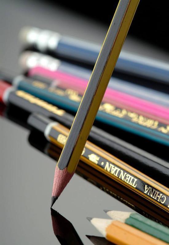 铅笔鉴定法 将钻石用水润湿后,用铅笔在它上面刻划一下,真钻石的表面不会留下铅笔划过的痕迹,水晶、玻璃、电气石等透明的假钻石则会留下痕迹。 钢笔鉴定法 将一支钢笔蘸上墨水后在钻石上画线条、假钻石在放大镜下的线条由一个个小圆点组成。