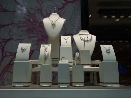 劲然首饰包装 | 珠宝橱窗如何挑选合适的珠宝首饰道具