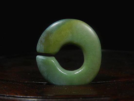 在查海时代玉玦需戴在耳朵上