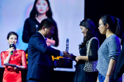 范大游总经理为大赛铜奖获奖选手颁奖