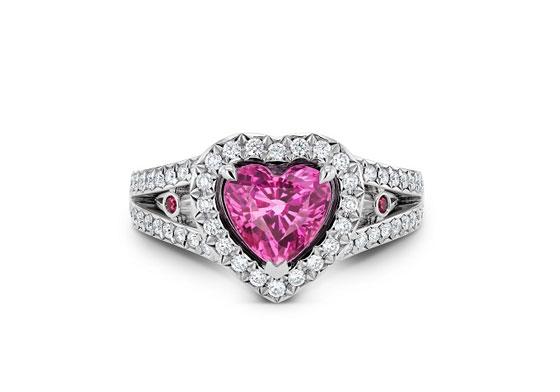 发光的灰烬粉红色蓝宝石和钻石戒指
