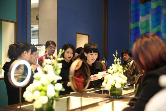 MATRO GBJ美罗国际珠宝观前店开业当天,消费者在店内选购珠宝
