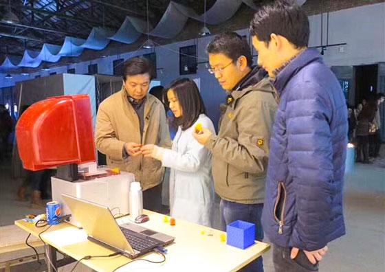 王寒和老师们正在研究3D打印模型