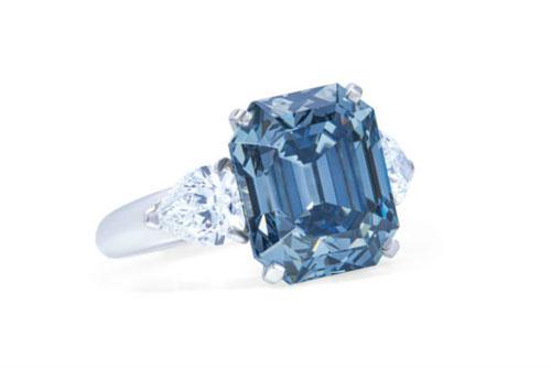 绚丽深蓝色钻石的戒指