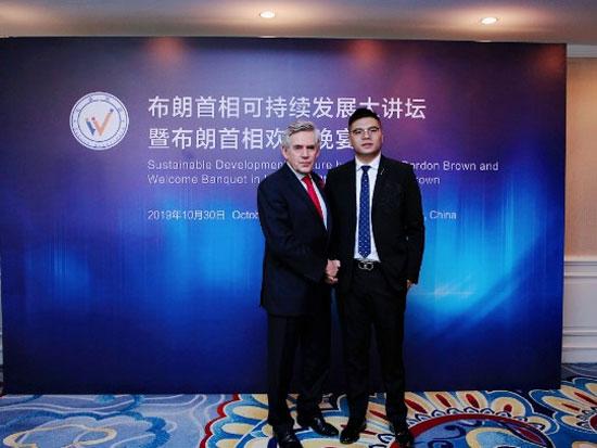 英国前首相布朗(左)与爱丽丝珠宝股份有限公司总经理郑春锋(右)合影