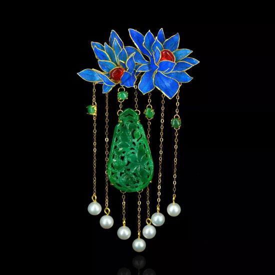 左书侨《花丝点翠镶满绿翡翠红宝石胸针》