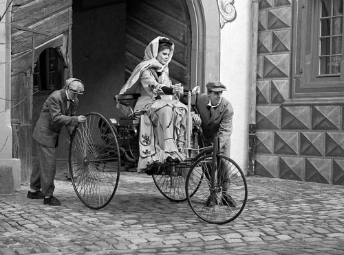 貝瑞塔·林格正在實驗本茨發明的汽車