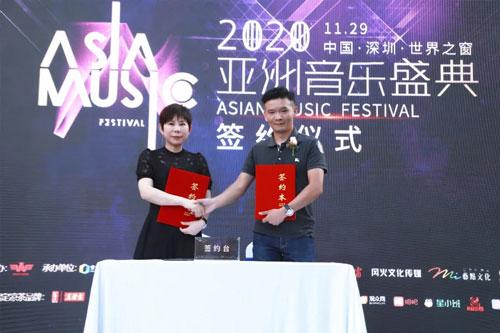 金六福尚美珠寶代表陳元元女士(左一)出席簽約儀式