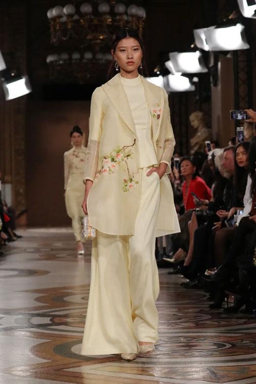 萃華《花開富貴》花絲手包亮相巴黎時裝周